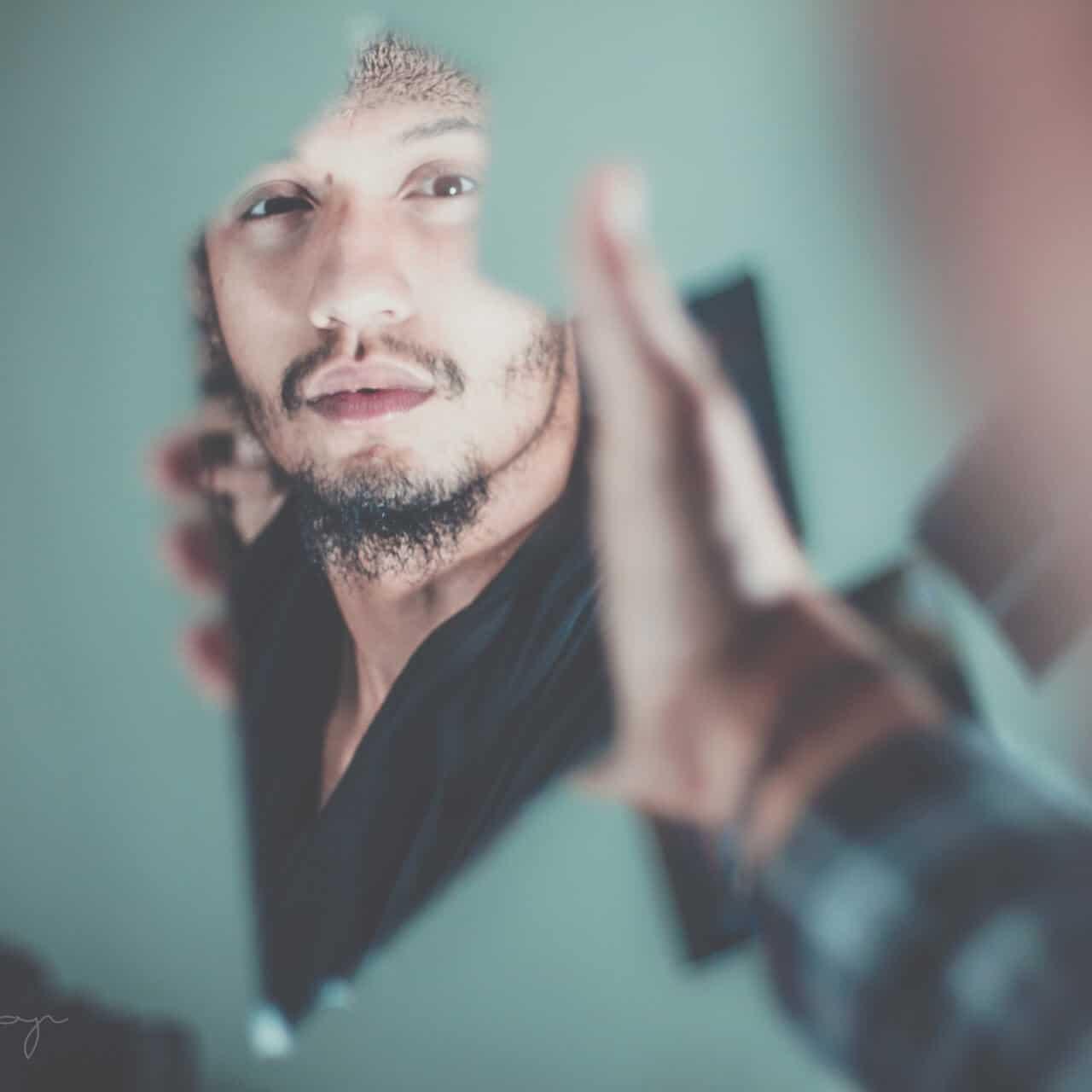férfi tükörben